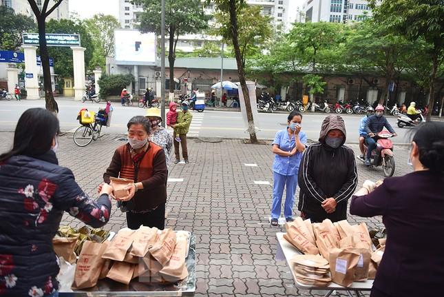 Nghìn chiếc bánh miễn phí đong đầy yêu thương cho người khó khăn mùa dịch COVID-19 ảnh 6