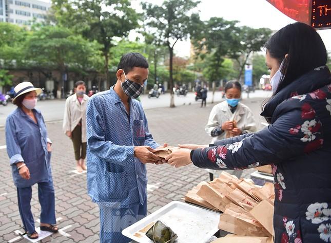 Nghìn chiếc bánh miễn phí đong đầy yêu thương cho người khó khăn mùa dịch COVID-19 ảnh 9