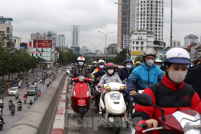 Đường phố Thủ đô đông đúc trong sáng ngày đầu nới lỏng 'cách ly xã hội' ảnh 8