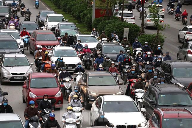 Đường phố Thủ đô đông đúc trong sáng ngày đầu nới lỏng 'cách ly xã hội' ảnh 9