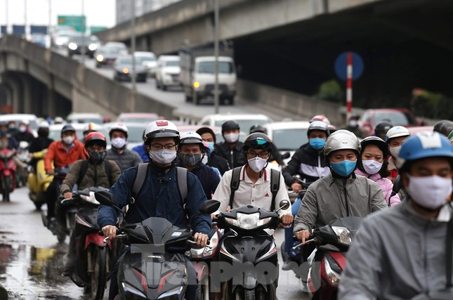 Đường phố Thủ đô đông đúc trong sáng ngày đầu nới lỏng 'cách ly xã hội' ảnh 1