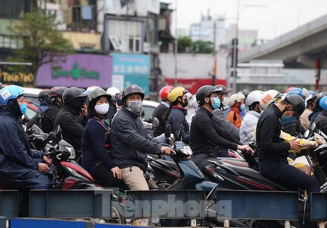 Đường phố Thủ đô đông đúc trong sáng ngày đầu nới lỏng 'cách ly xã hội' ảnh 2