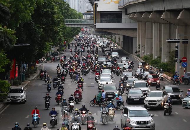 Đường phố Thủ đô đông đúc trong sáng ngày đầu nới lỏng 'cách ly xã hội' ảnh 3