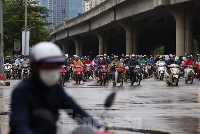 Đường phố Thủ đô đông đúc trong sáng ngày đầu nới lỏng 'cách ly xã hội' ảnh 4