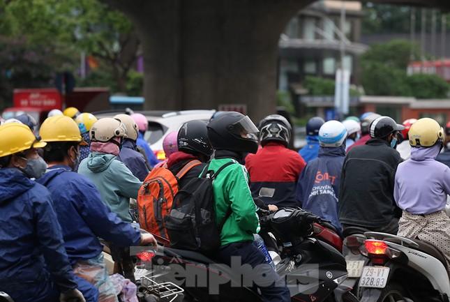 Đường phố Thủ đô đông đúc trong sáng ngày đầu nới lỏng 'cách ly xã hội' ảnh 5
