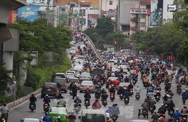 Đường phố Thủ đô đông đúc trong sáng ngày đầu nới lỏng 'cách ly xã hội' ảnh 6