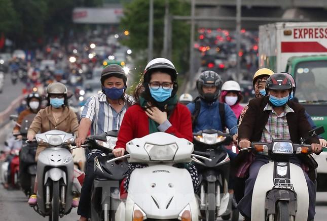 Đường phố Thủ đô đông đúc trong sáng ngày đầu nới lỏng 'cách ly xã hội' ảnh 7