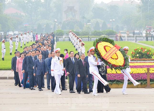 Các đại biểu Quốc hội vào Lăng viếng Chủ tịch Hồ Chí Minh ảnh 1