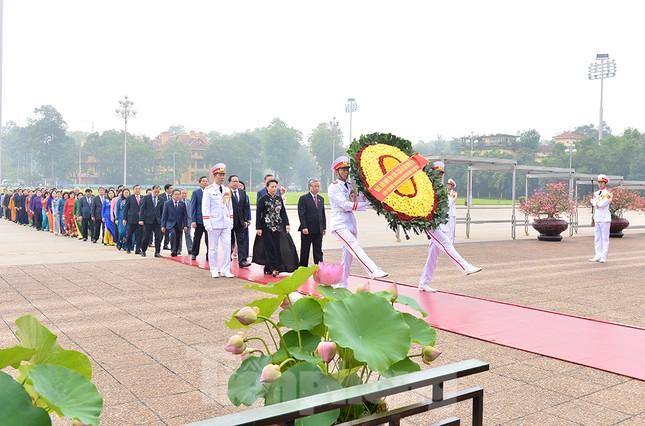 Các đại biểu Quốc hội vào Lăng viếng Chủ tịch Hồ Chí Minh ảnh 2