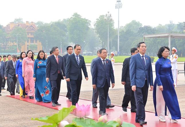 Các đại biểu Quốc hội vào Lăng viếng Chủ tịch Hồ Chí Minh ảnh 3