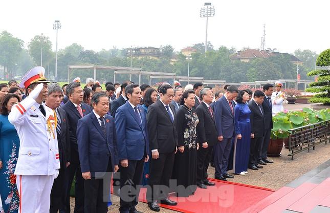 Các đại biểu Quốc hội vào Lăng viếng Chủ tịch Hồ Chí Minh ảnh 4
