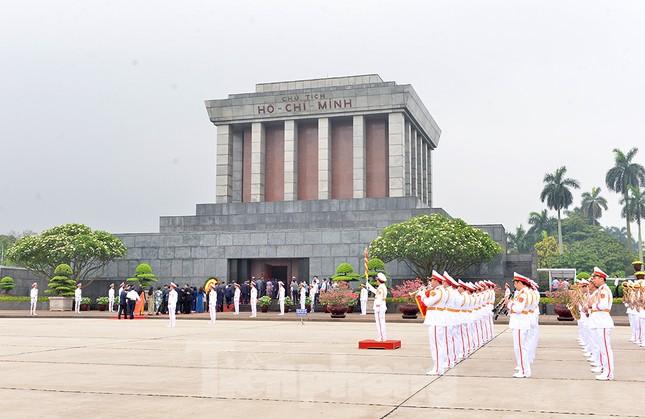 Các đại biểu Quốc hội vào Lăng viếng Chủ tịch Hồ Chí Minh ảnh 5