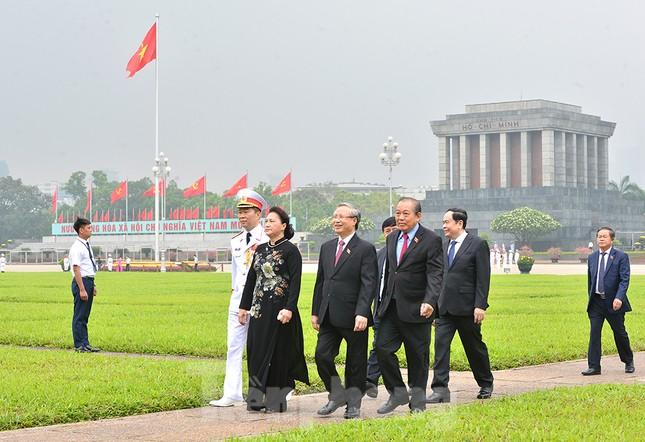 Các đại biểu Quốc hội vào Lăng viếng Chủ tịch Hồ Chí Minh ảnh 6