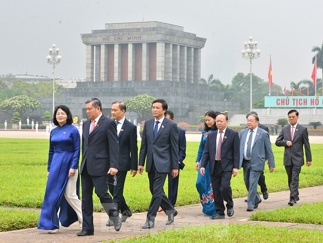 Các đại biểu Quốc hội vào Lăng viếng Chủ tịch Hồ Chí Minh ảnh 7