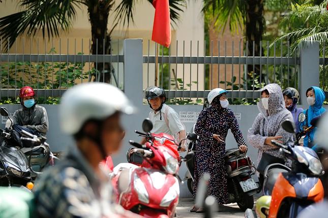 Phụ huynh 'hoá ninja' đội nắng hồi hộp chờ con thi vào 10 ảnh 3