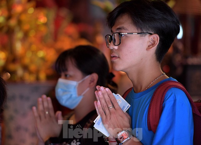 Sĩ tử Hà Nội đo thân nhiệt, sát khuẩn vào Văn Miếu Quốc Tử Giám cầu may ảnh 10