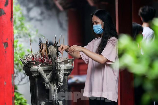 Sĩ tử Hà Nội đo thân nhiệt, sát khuẩn vào Văn Miếu Quốc Tử Giám cầu may ảnh 13