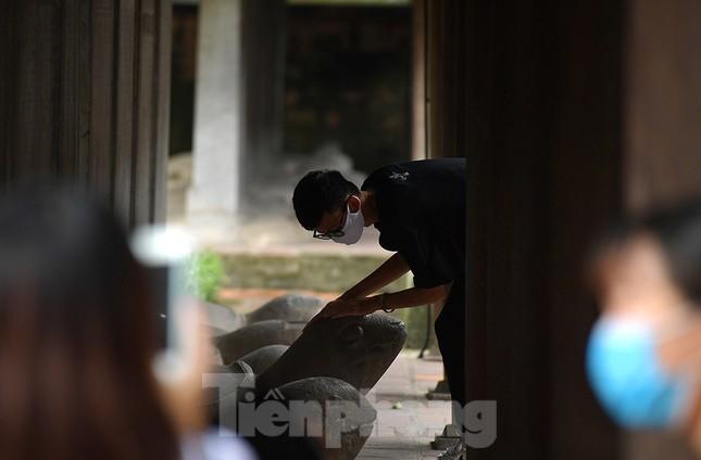 Sĩ tử Hà Nội đo thân nhiệt, sát khuẩn vào Văn Miếu Quốc Tử Giám cầu may ảnh 15