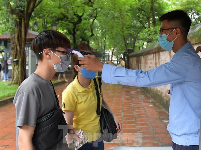 Sĩ tử Hà Nội đo thân nhiệt, sát khuẩn vào Văn Miếu Quốc Tử Giám cầu may ảnh 2