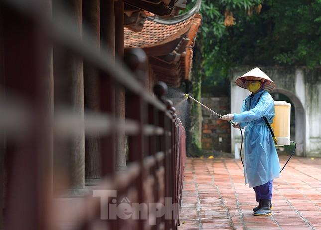Sĩ tử Hà Nội đo thân nhiệt, sát khuẩn vào Văn Miếu Quốc Tử Giám cầu may ảnh 4