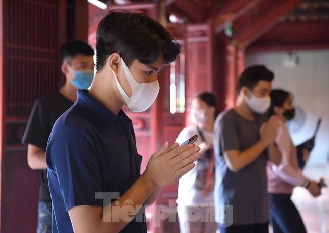 Sĩ tử Hà Nội đo thân nhiệt, sát khuẩn vào Văn Miếu Quốc Tử Giám cầu may ảnh 9
