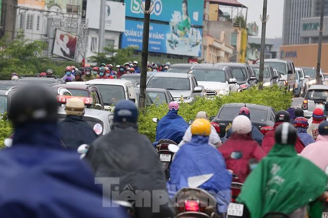 Ngày đầu tuần mưa lớn, nhiều tuyến phố Hà Nội ùn tắc dài ảnh 9