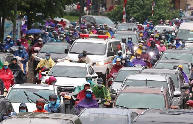 Ngày đầu tuần mưa lớn, nhiều tuyến phố Hà Nội ùn tắc dài ảnh 10