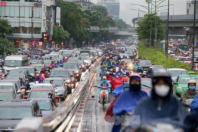 Ngày đầu tuần mưa lớn, nhiều tuyến phố Hà Nội ùn tắc dài ảnh 11