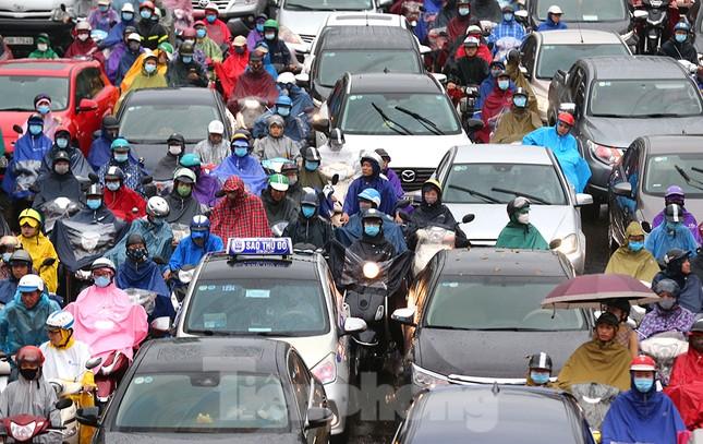 Ngày đầu tuần mưa lớn, nhiều tuyến phố Hà Nội ùn tắc dài ảnh 13