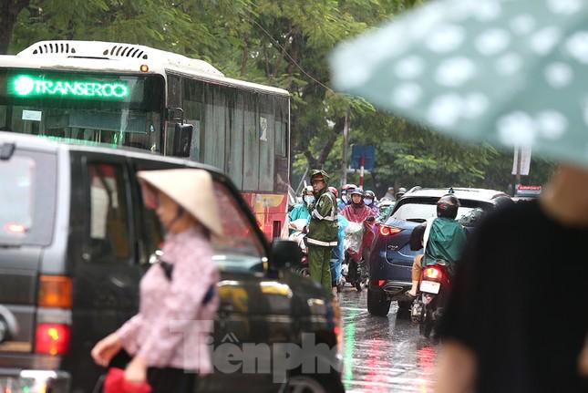 Ngày đầu tuần mưa lớn, nhiều tuyến phố Hà Nội ùn tắc dài ảnh 14