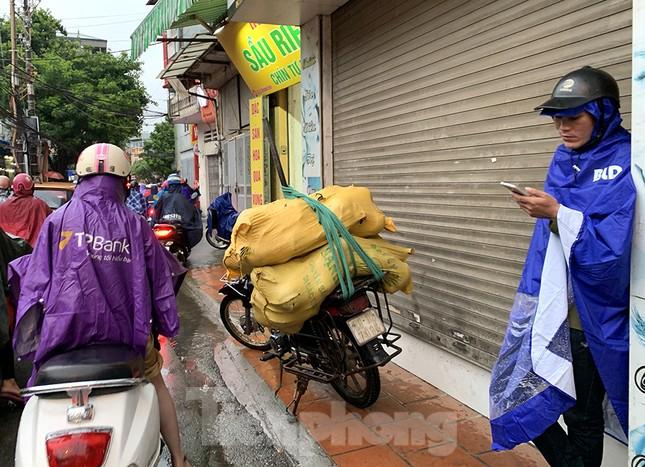 Ngày đầu tuần mưa lớn, nhiều tuyến phố Hà Nội ùn tắc dài ảnh 15