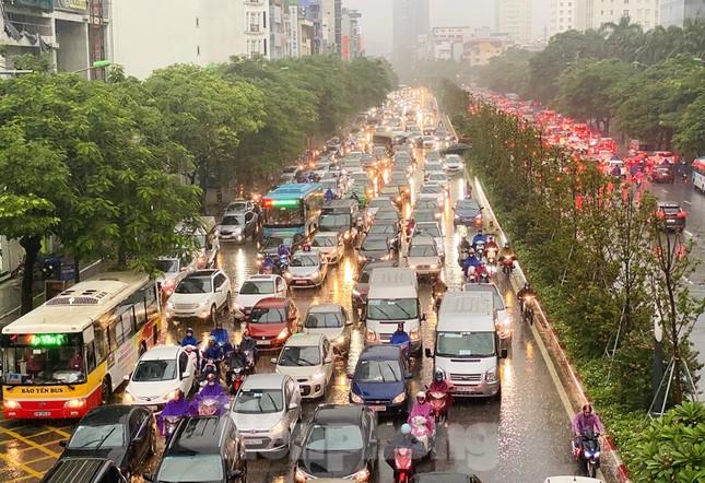 Ngày đầu tuần mưa lớn, nhiều tuyến phố Hà Nội ùn tắc dài ảnh 16