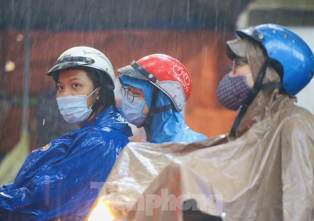 Ngày đầu tuần mưa lớn, nhiều tuyến phố Hà Nội ùn tắc dài ảnh 17