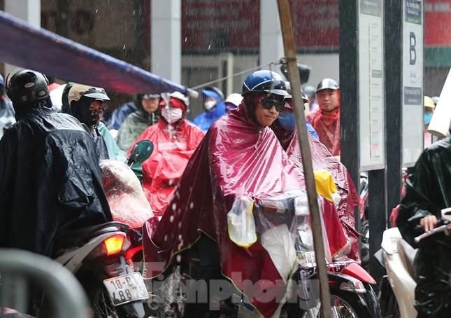 Ngày đầu tuần mưa lớn, nhiều tuyến phố Hà Nội ùn tắc dài ảnh 18