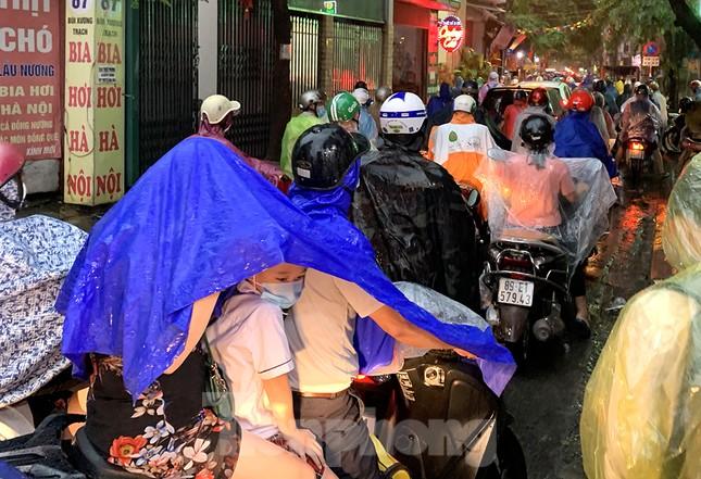 Ngày đầu tuần mưa lớn, nhiều tuyến phố Hà Nội ùn tắc dài ảnh 1