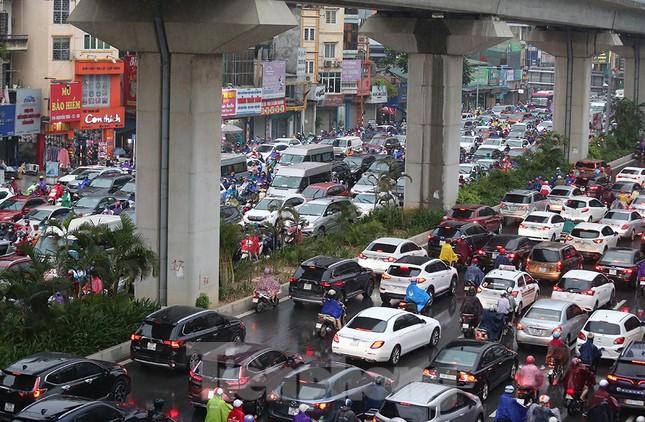 Ngày đầu tuần mưa lớn, nhiều tuyến phố Hà Nội ùn tắc dài ảnh 19
