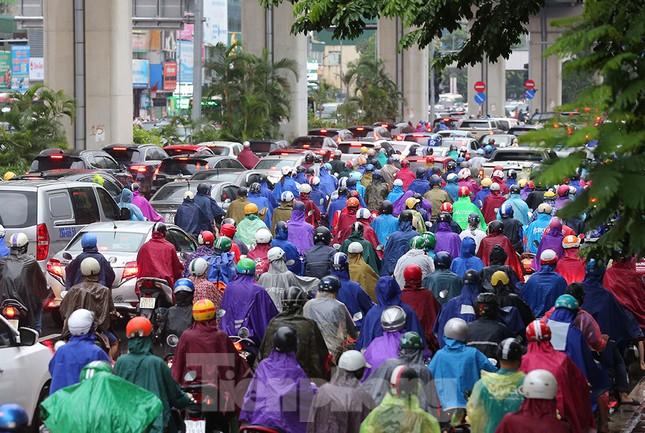 Ngày đầu tuần mưa lớn, nhiều tuyến phố Hà Nội ùn tắc dài ảnh 20