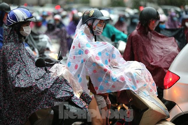Ngày đầu tuần mưa lớn, nhiều tuyến phố Hà Nội ùn tắc dài ảnh 2