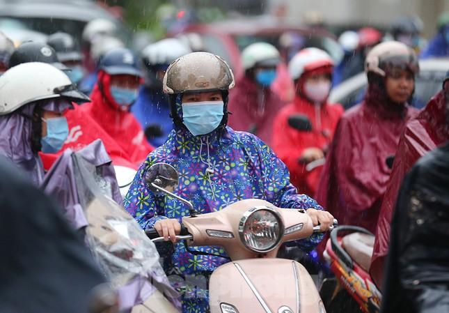Ngày đầu tuần mưa lớn, nhiều tuyến phố Hà Nội ùn tắc dài ảnh 3