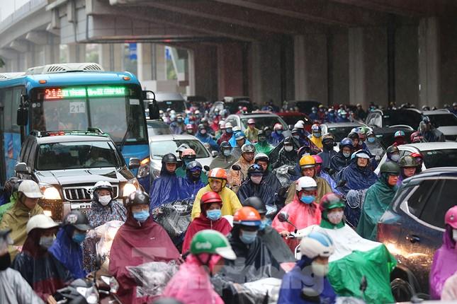 Ngày đầu tuần mưa lớn, nhiều tuyến phố Hà Nội ùn tắc dài ảnh 4