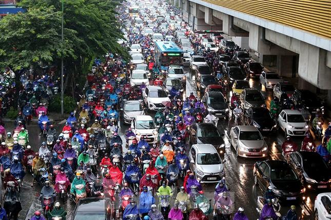 Ngày đầu tuần mưa lớn, nhiều tuyến phố Hà Nội ùn tắc dài ảnh 5