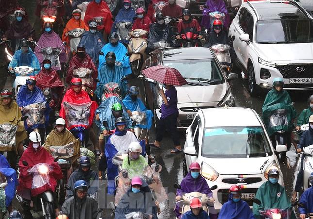 Ngày đầu tuần mưa lớn, nhiều tuyến phố Hà Nội ùn tắc dài ảnh 6