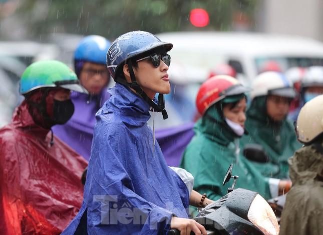 Ngày đầu tuần mưa lớn, nhiều tuyến phố Hà Nội ùn tắc dài ảnh 7