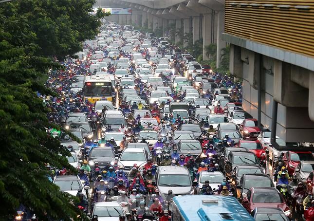 Ngày đầu tuần mưa lớn, nhiều tuyến phố Hà Nội ùn tắc dài ảnh 8
