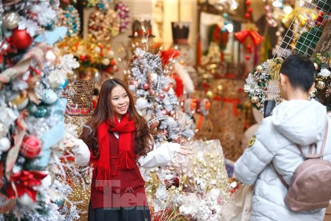 Ngắm các bạn trẻ rạng rỡ chơi Noel sớm trên phố Hàng Mã ảnh 11