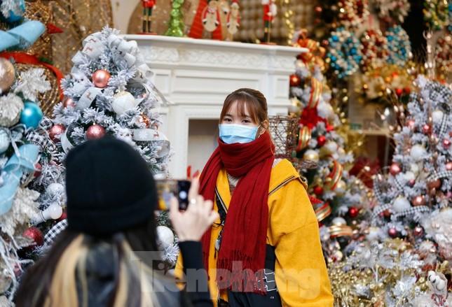 Ngắm các bạn trẻ rạng rỡ chơi Noel sớm trên phố Hàng Mã ảnh 2