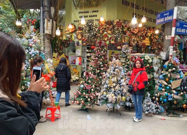 Ngắm các bạn trẻ rạng rỡ chơi Noel sớm trên phố Hàng Mã ảnh 4