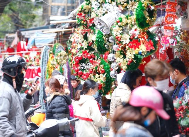 Ngắm các bạn trẻ rạng rỡ chơi Noel sớm trên phố Hàng Mã ảnh 6