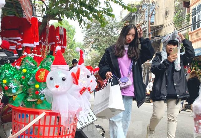 Ngắm các bạn trẻ rạng rỡ chơi Noel sớm trên phố Hàng Mã ảnh 7