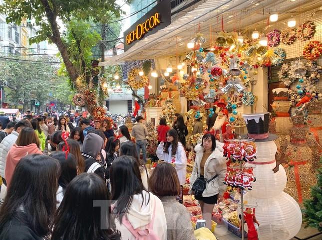 Ngắm các bạn trẻ rạng rỡ chơi Noel sớm trên phố Hàng Mã ảnh 8